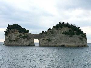 円月島(正式名:高嶋)